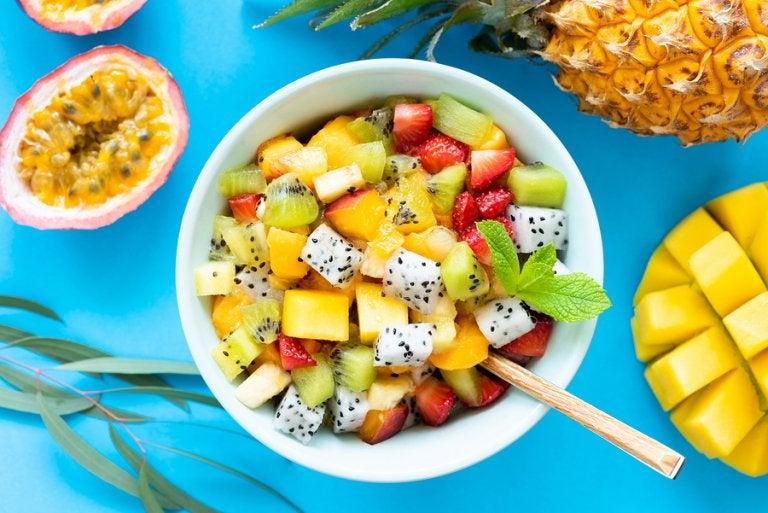 6 recetas de ensaladas con frutas y hierbas silvestres