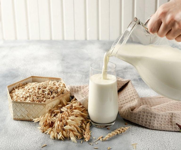 Cómo preparar leche de avena: receta y beneficios
