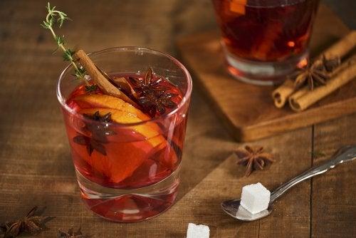 Cómo hacer un té frío con naranja y canela