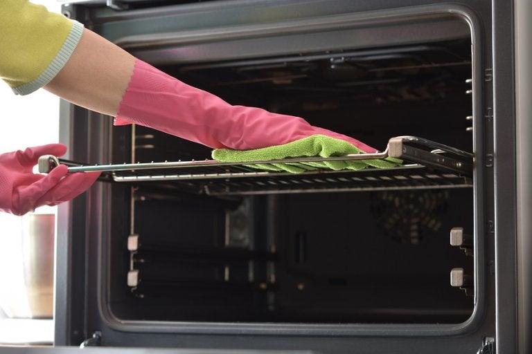 7 trucos para limpiar las bandejas del horno