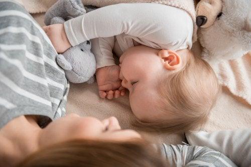 Dormir con mamá: ¿es bueno o malo para los niños?