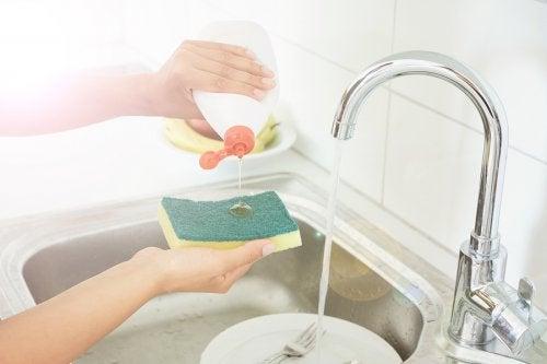 5 trucos para desinfectar tus esponjas de cocina