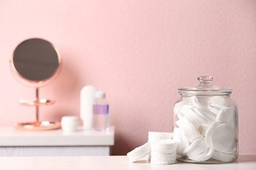 Cómo poner orden en tu baño utilizando frascos