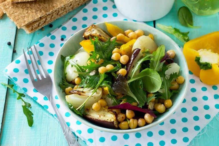 Deliciosa ensalada de garbanzos y berenjenas