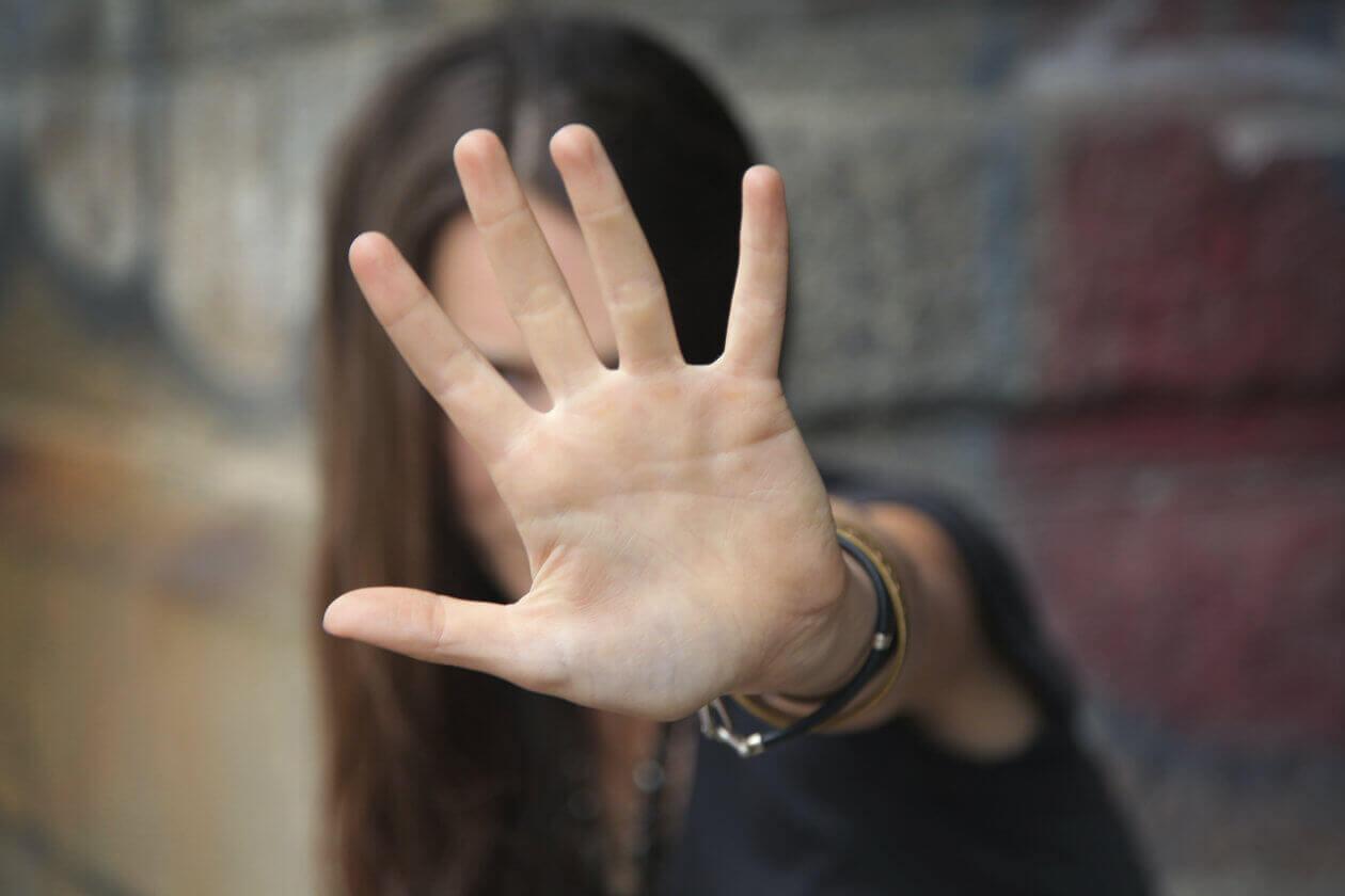 Chica rechazando con la mano