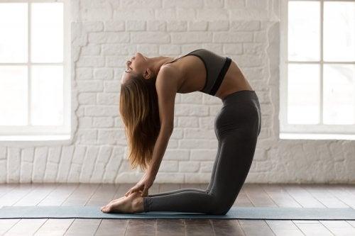 5 posturas de yoga para trabajar tus abdominales