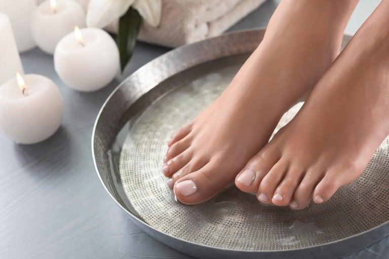 4 formas de preparar baños para suavizar los pies