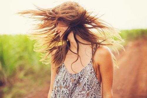 Tratamiento con arcilla y aceite de coco para revitalizar el cabello