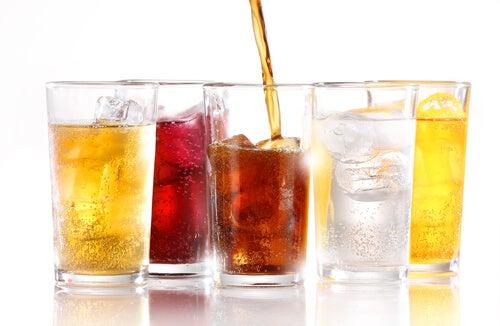 ¿Los refrescos sin azúcar engordan?