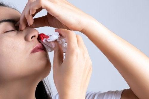 ¿Por qué me sangra la nariz? 10 causas principales